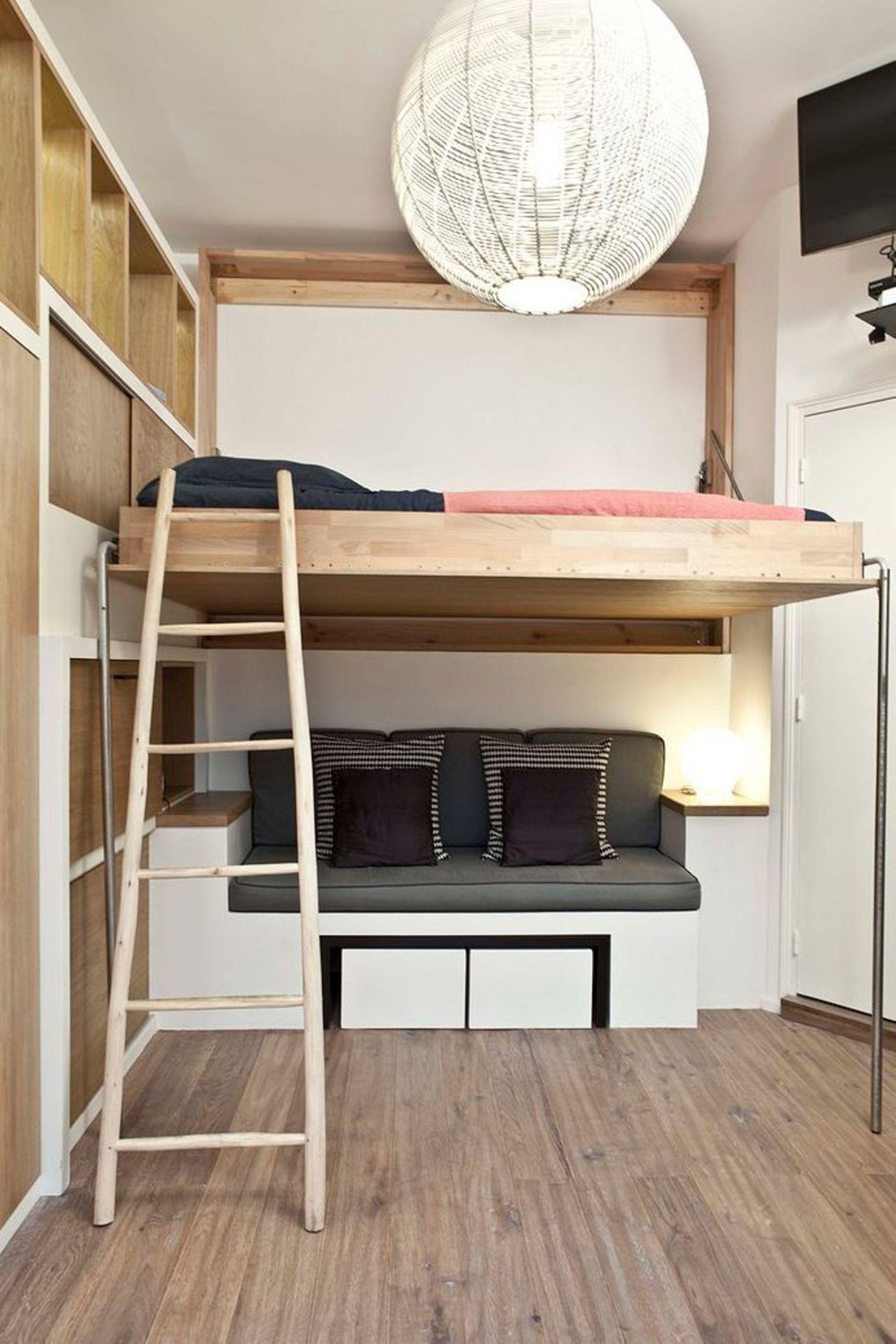 Спальня в однокомнатной квартире с деревянной мебелью