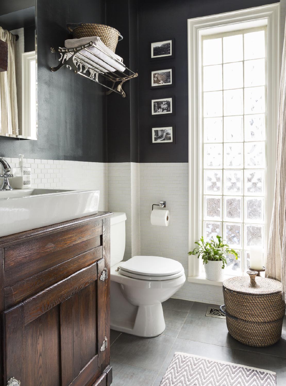 Черно-белая ванная с деревянной мебелью