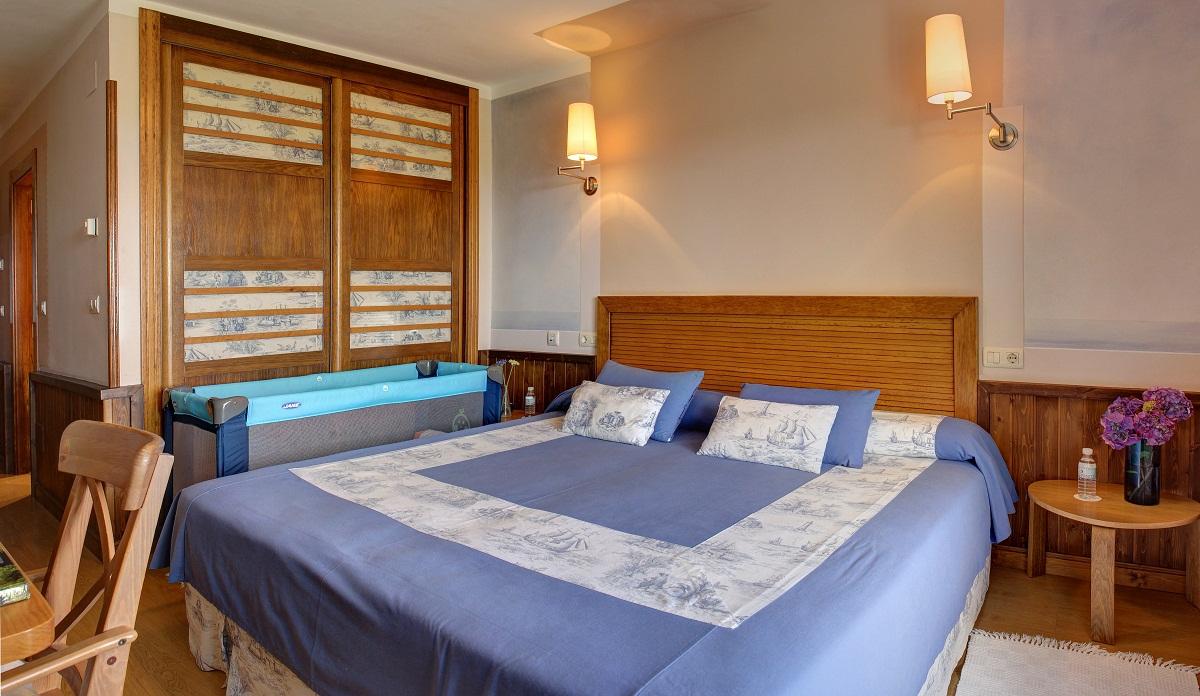 Маленькая спальня с детской кроваткой