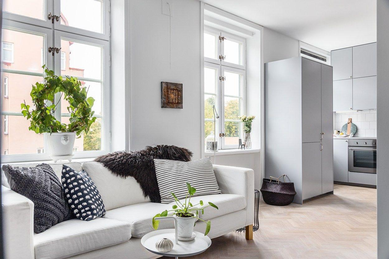 Интерьер квартиры студии с диваном