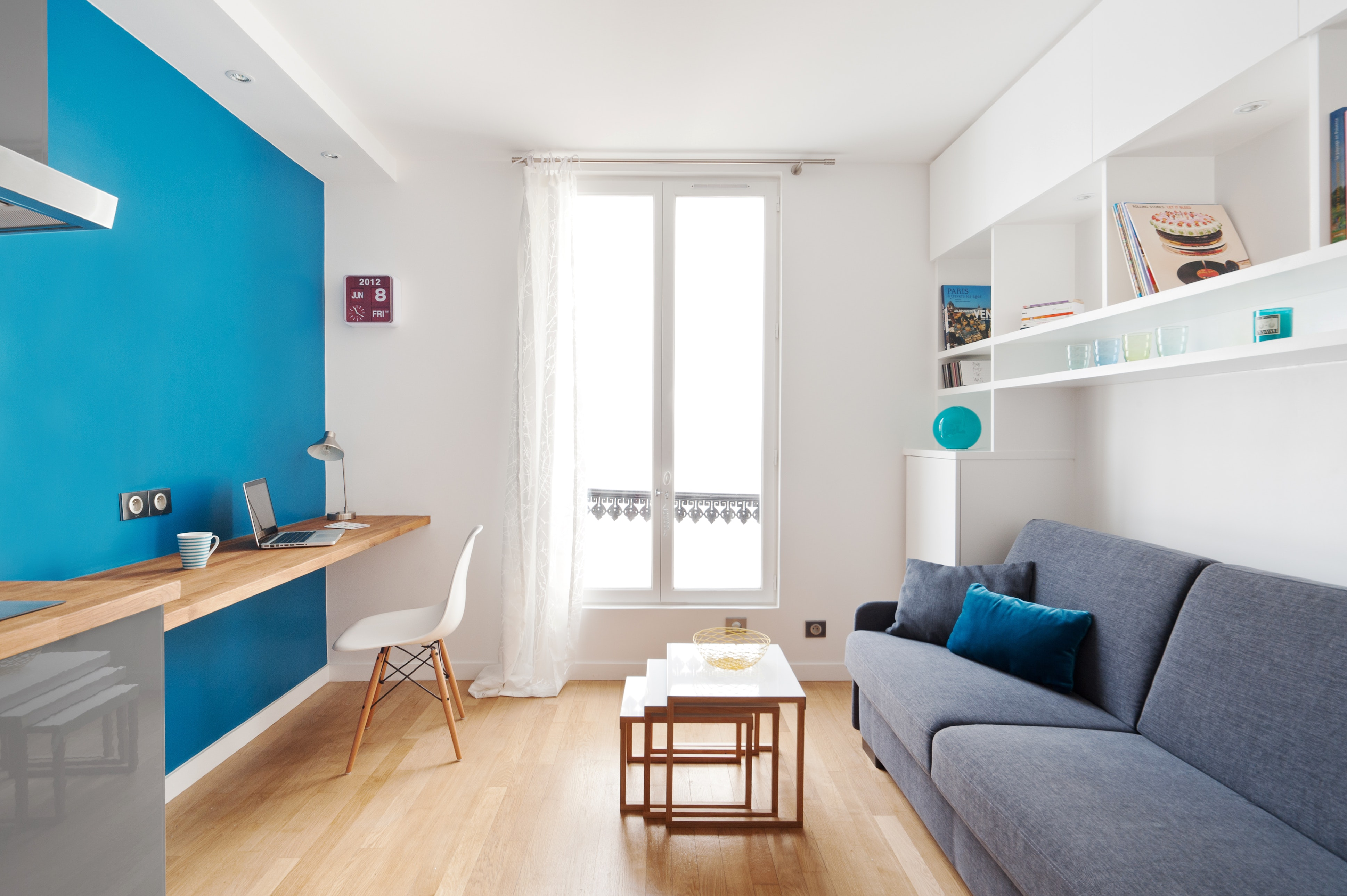 Спальня в однокомнатной квартире с диваном