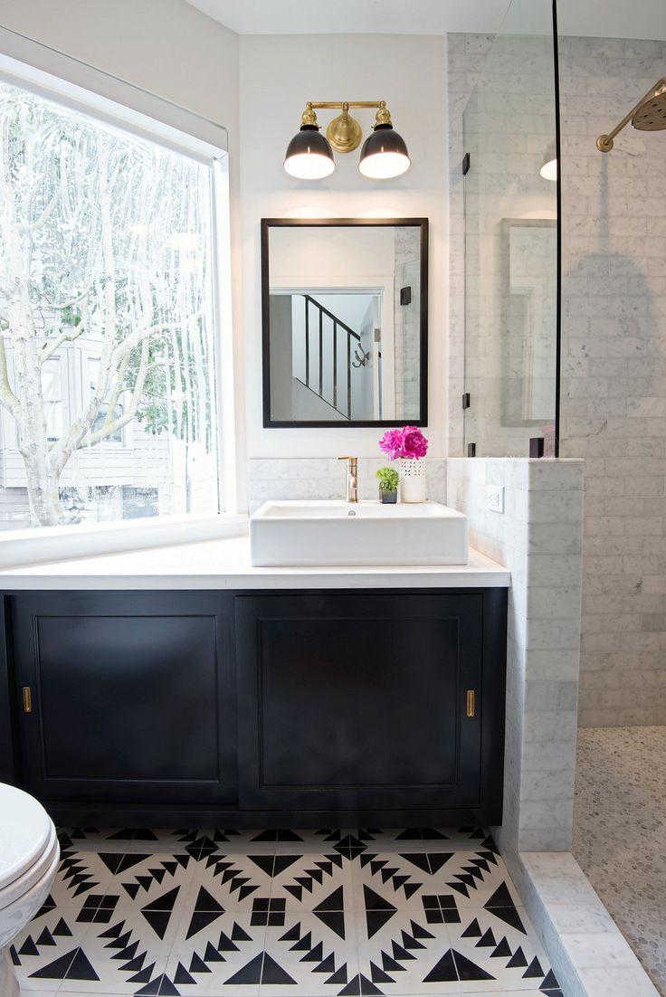 Черно-белая ванная в доме