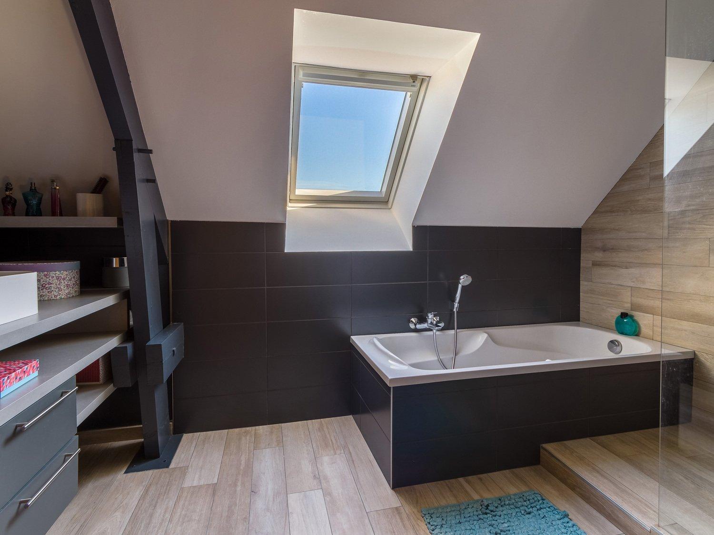 Угловая ванна в доме