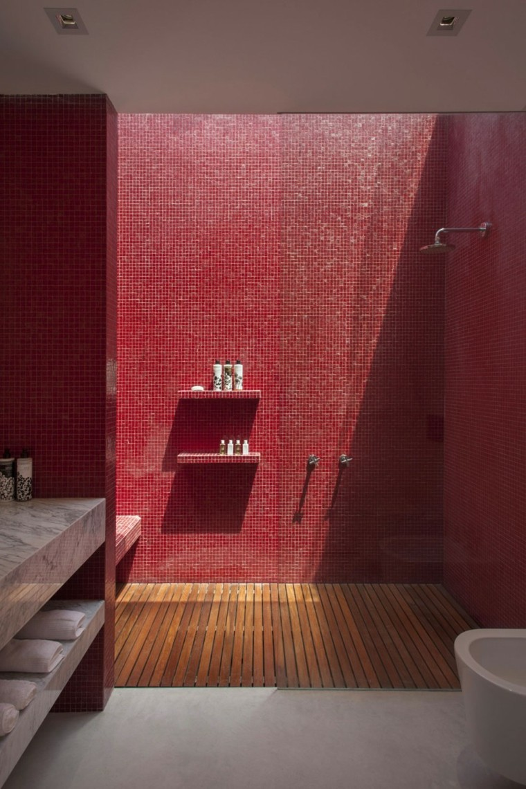 Красная ванная с душем