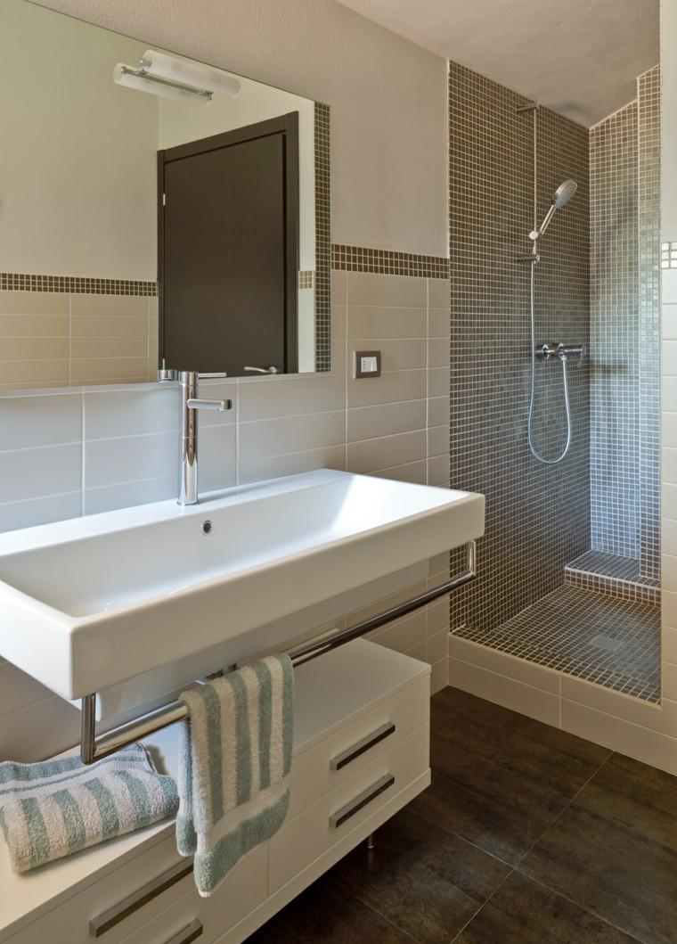 Маленькая ванная комната с душевой