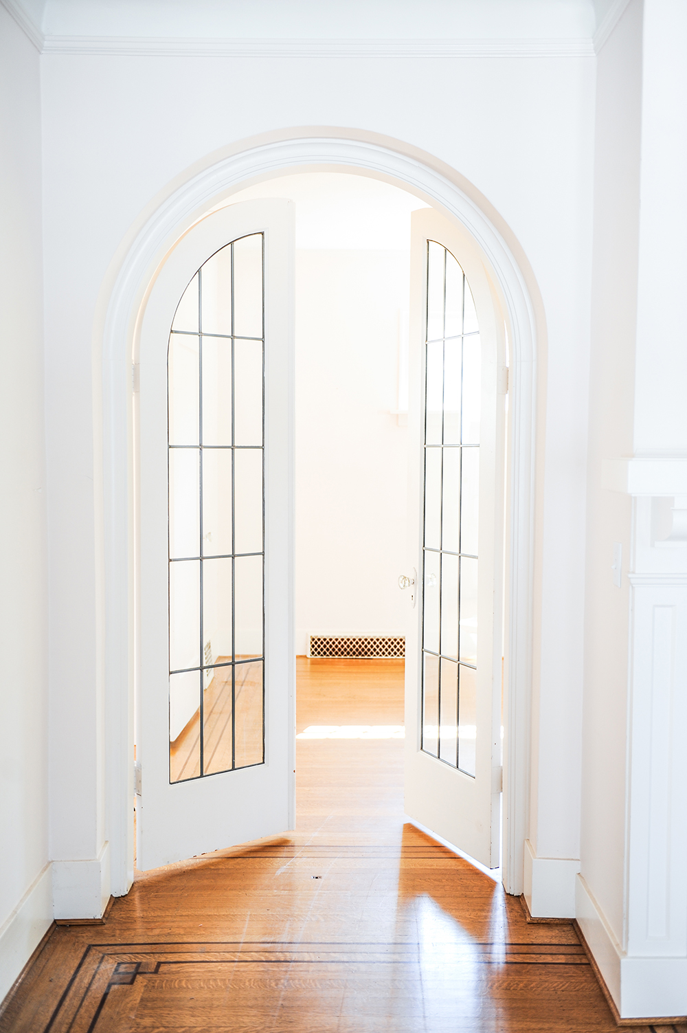 Арка межкомнатная с белой дверью
