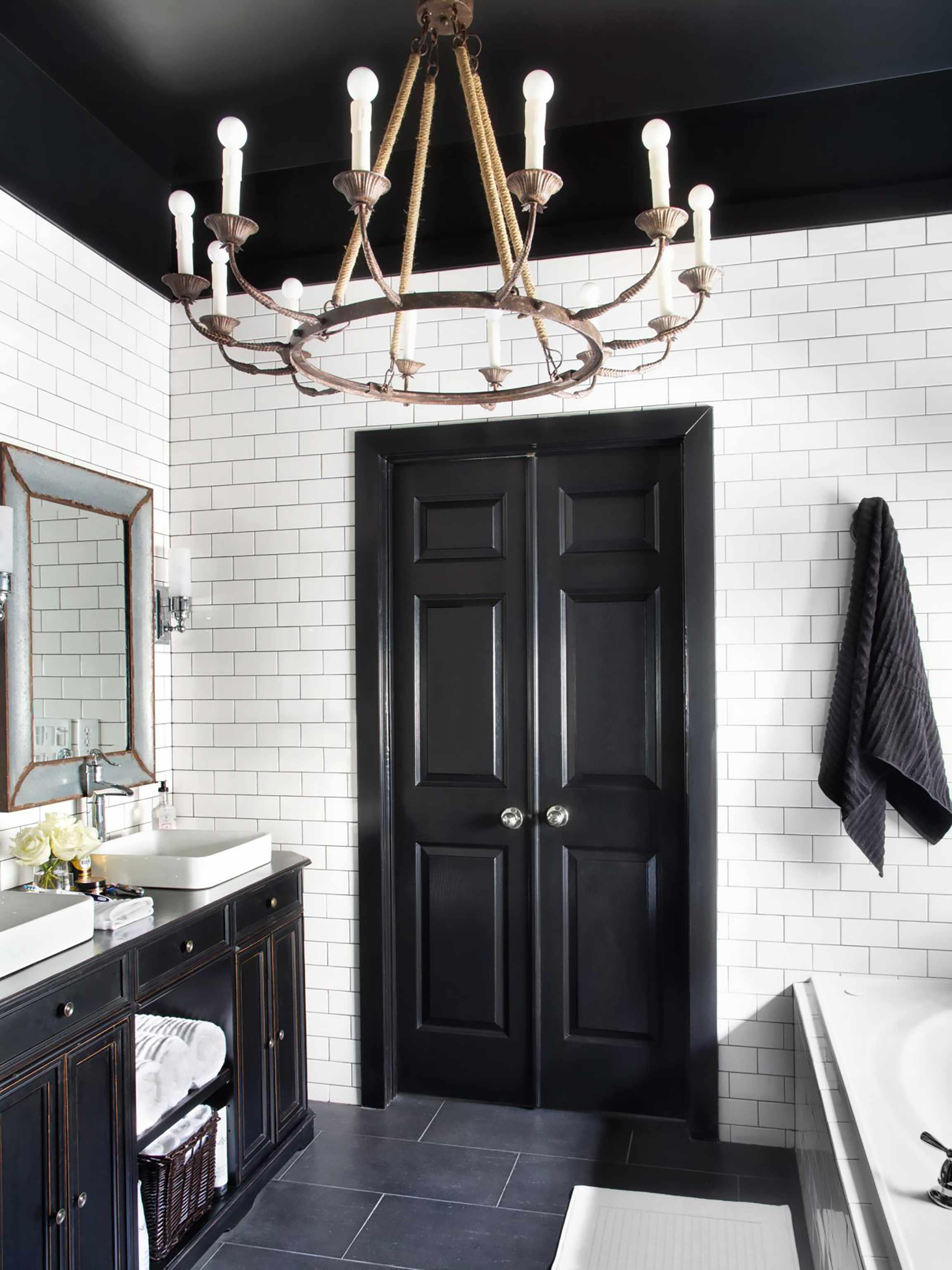 Черная ванная с темными дверями