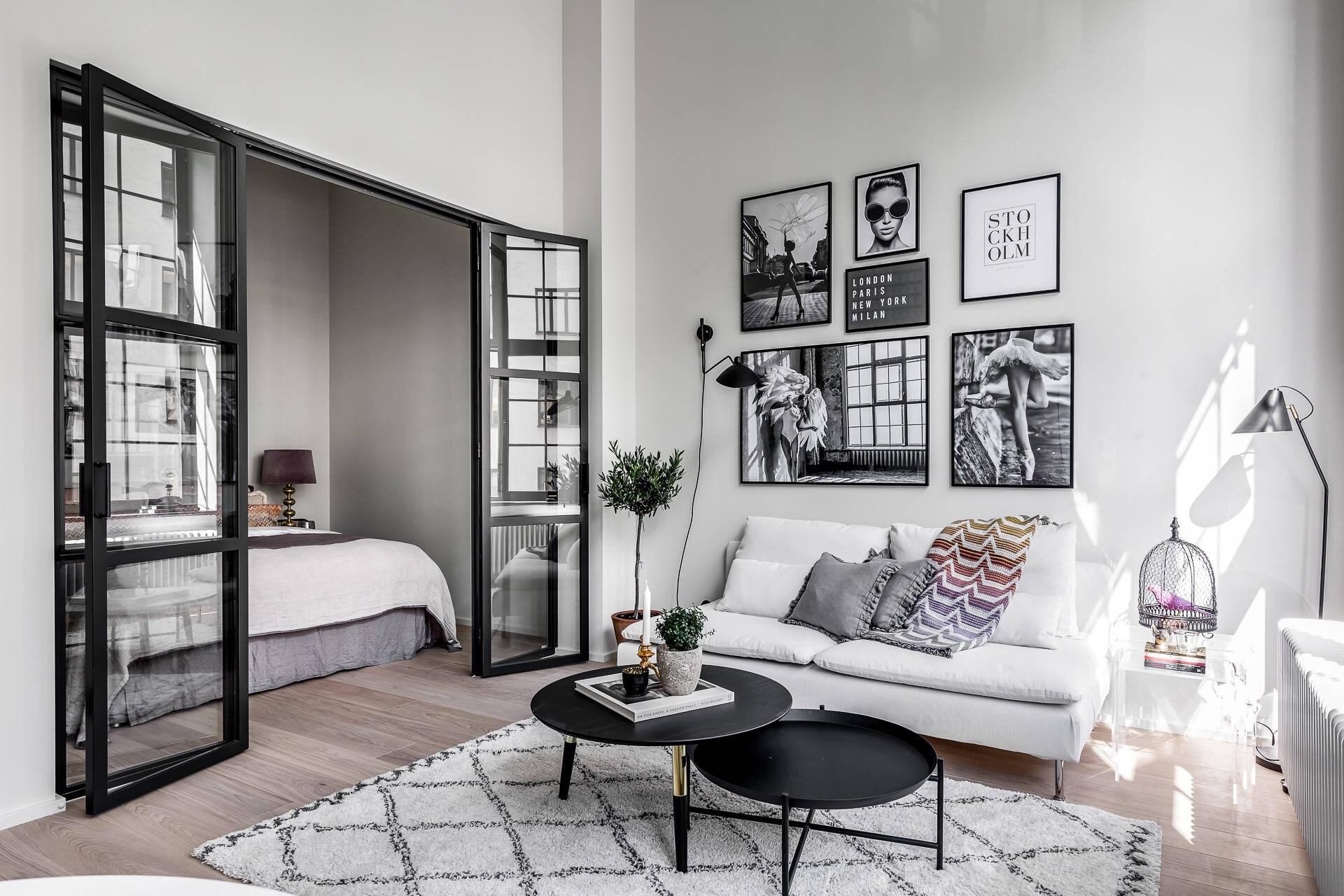 Спальня в однокомнатной квартире с дверями