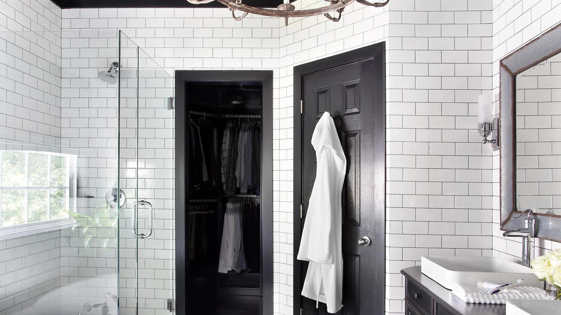 Черные двери в белой ванной
