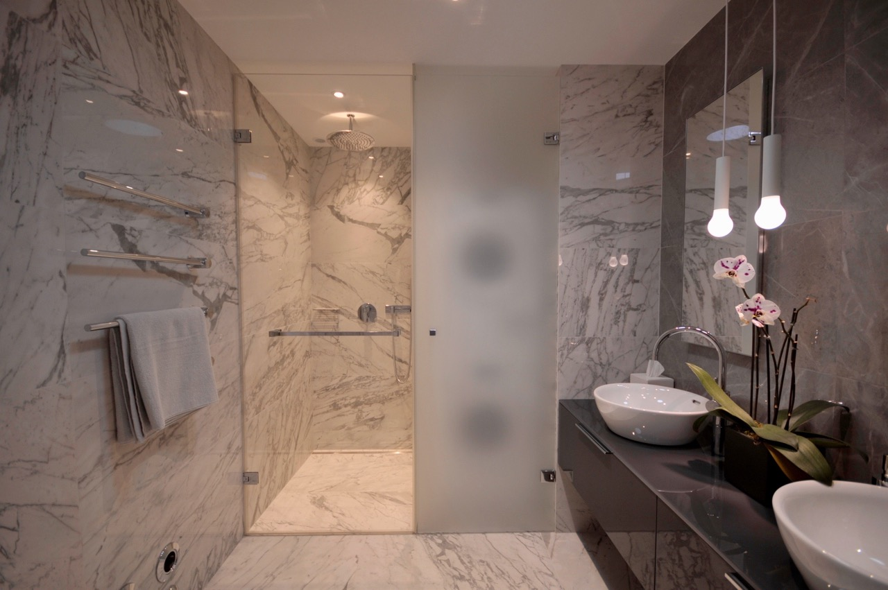 Ванная комната с душевой с дверками