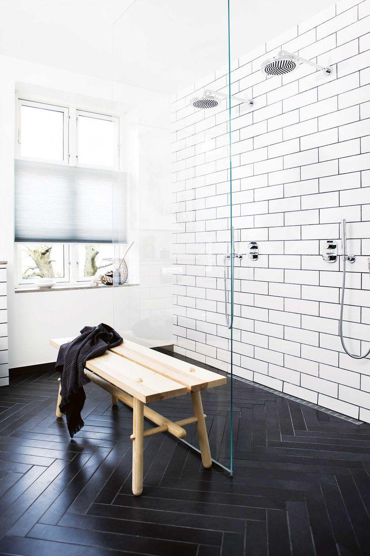 Черно-белая ванная с плиткой елочкой