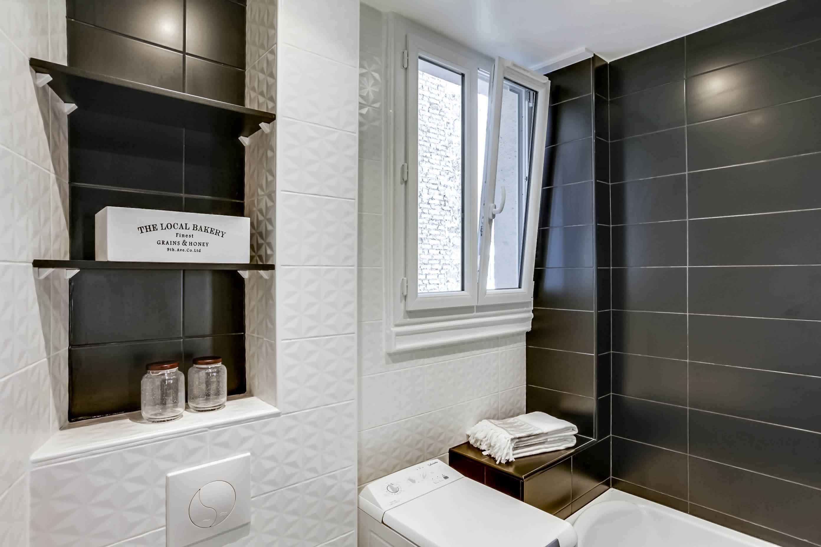 Черно-белая ванная фактурная