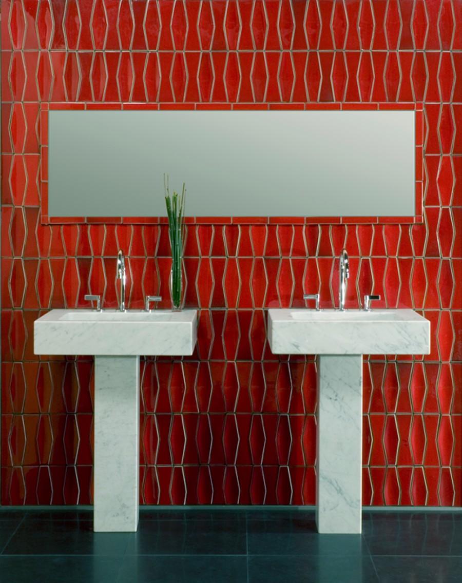 Фигурная красная плитка в ванной