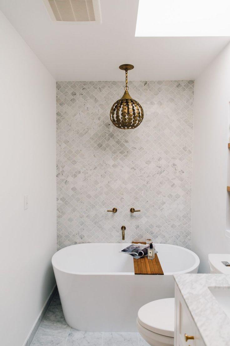 Белая ванная с фигурной плиткой