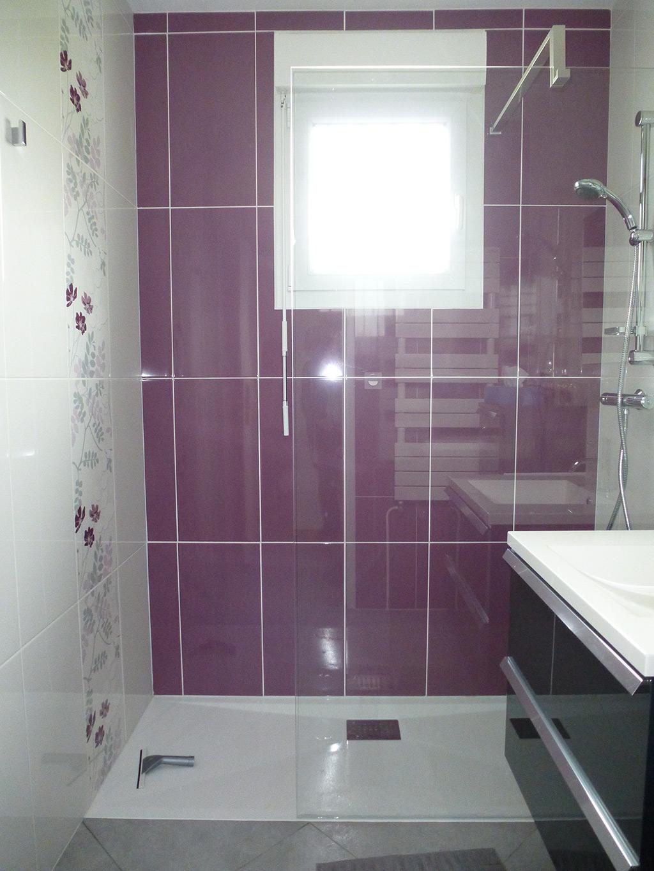 Ванная комната с душевой кабиной фиолетовая