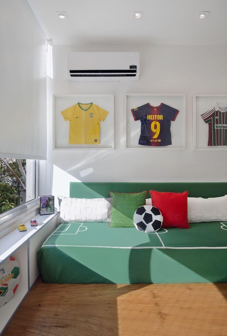 Детская комната для мальчика в футбольной тематике