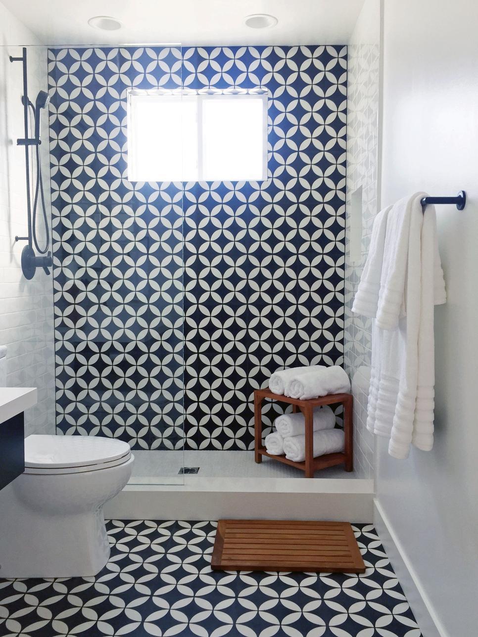Черно-белая ванная с геометрической плиткой