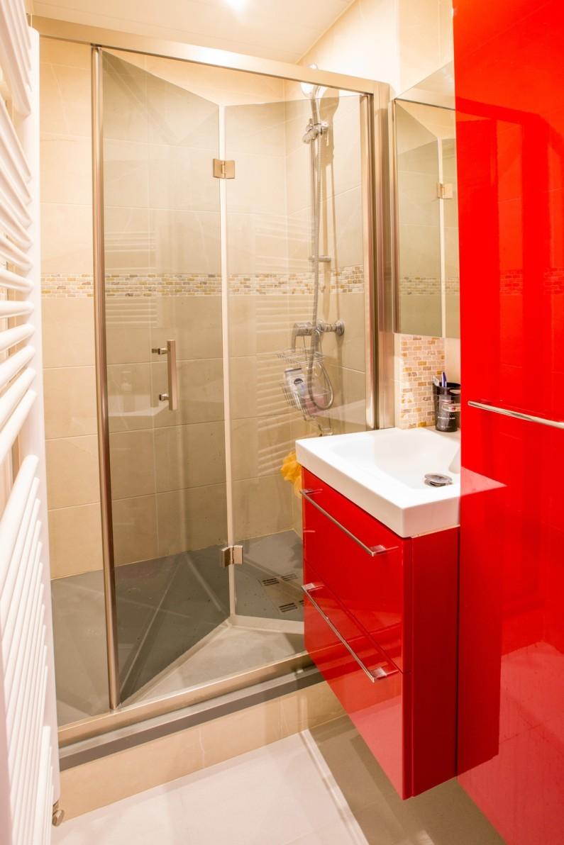 Красная глянцевая ванная