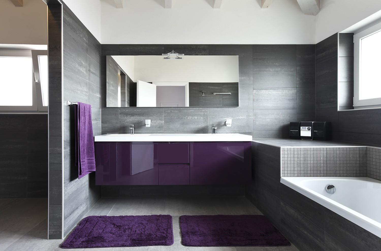 Совмещенная ванная комната с глянцевой мебелью