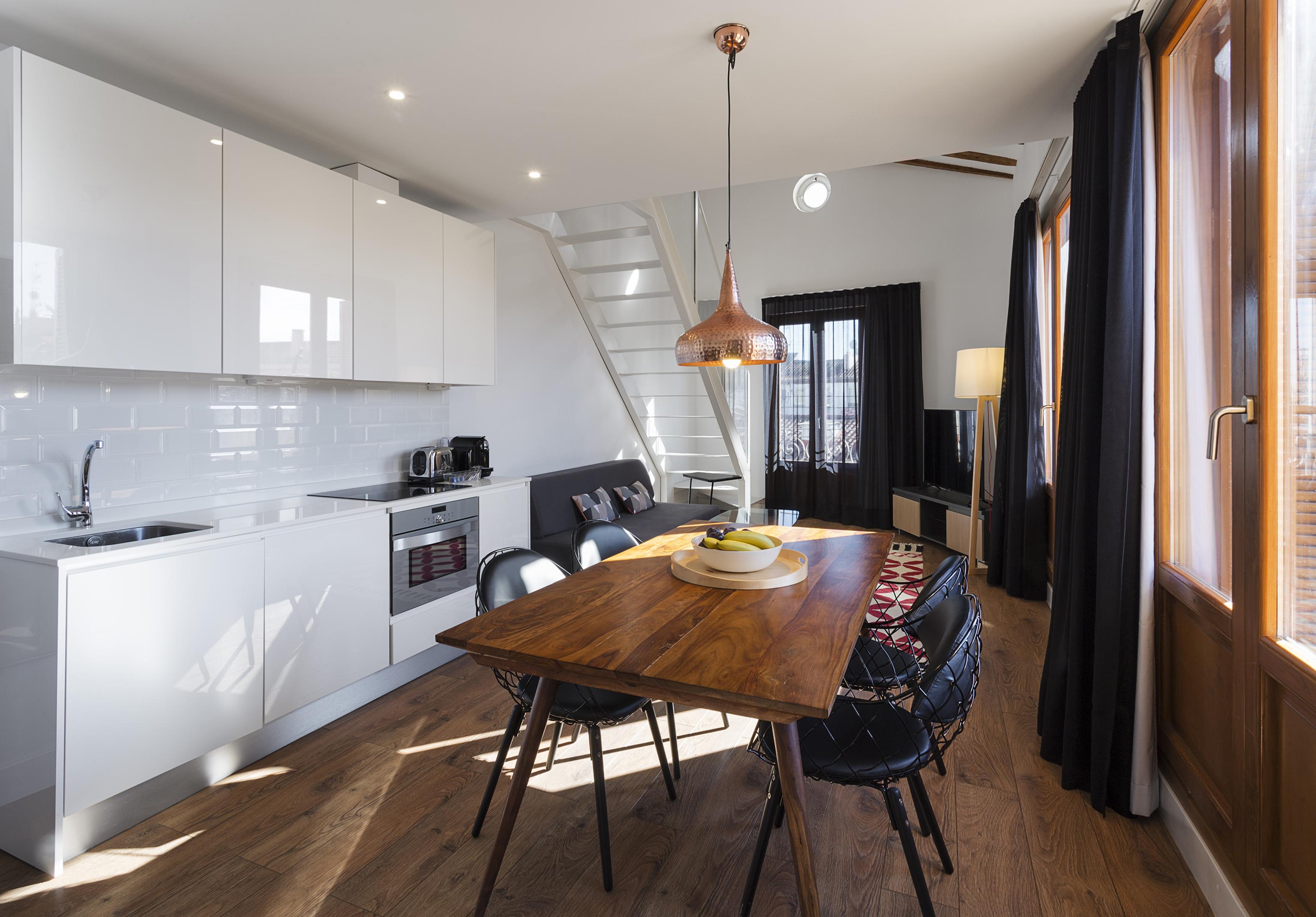 Дизайн однокомнатной квартиры с глянцевой мебелью