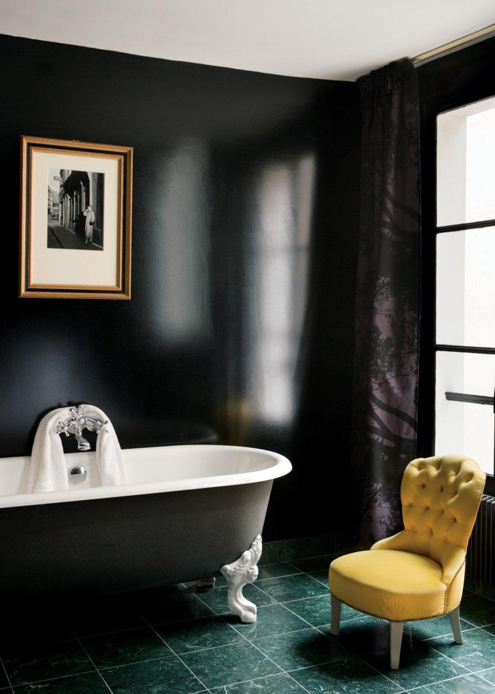 Черно-белая ванная с глянцевыми стенами