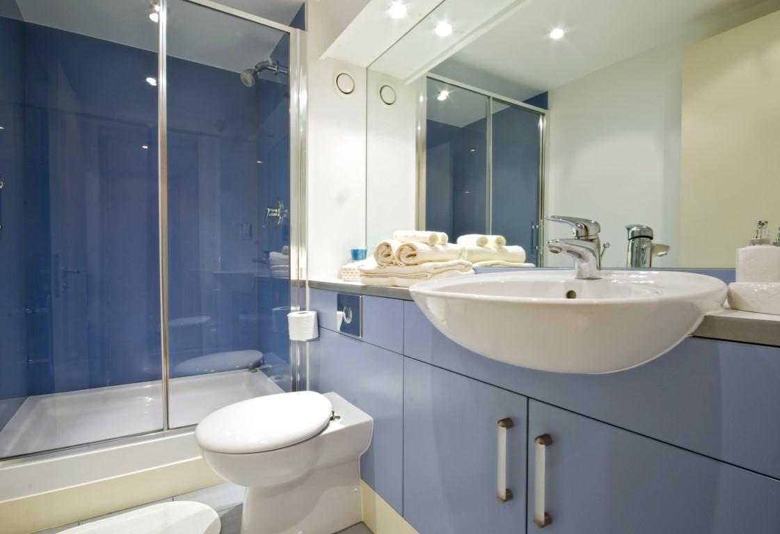 Ванная комната с душевой кабиной голубая