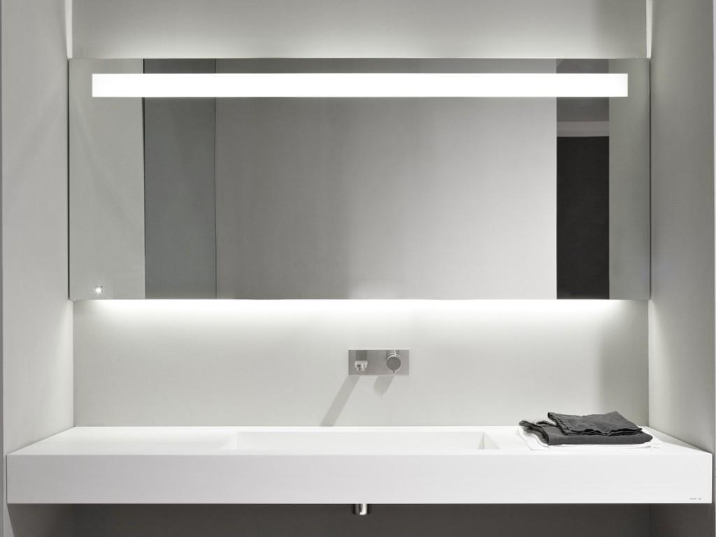 Зеркало в ванную комнату в стиле хай-тек