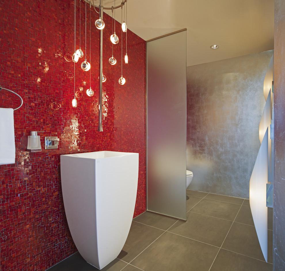 Красная ванная в стиле хай-тек