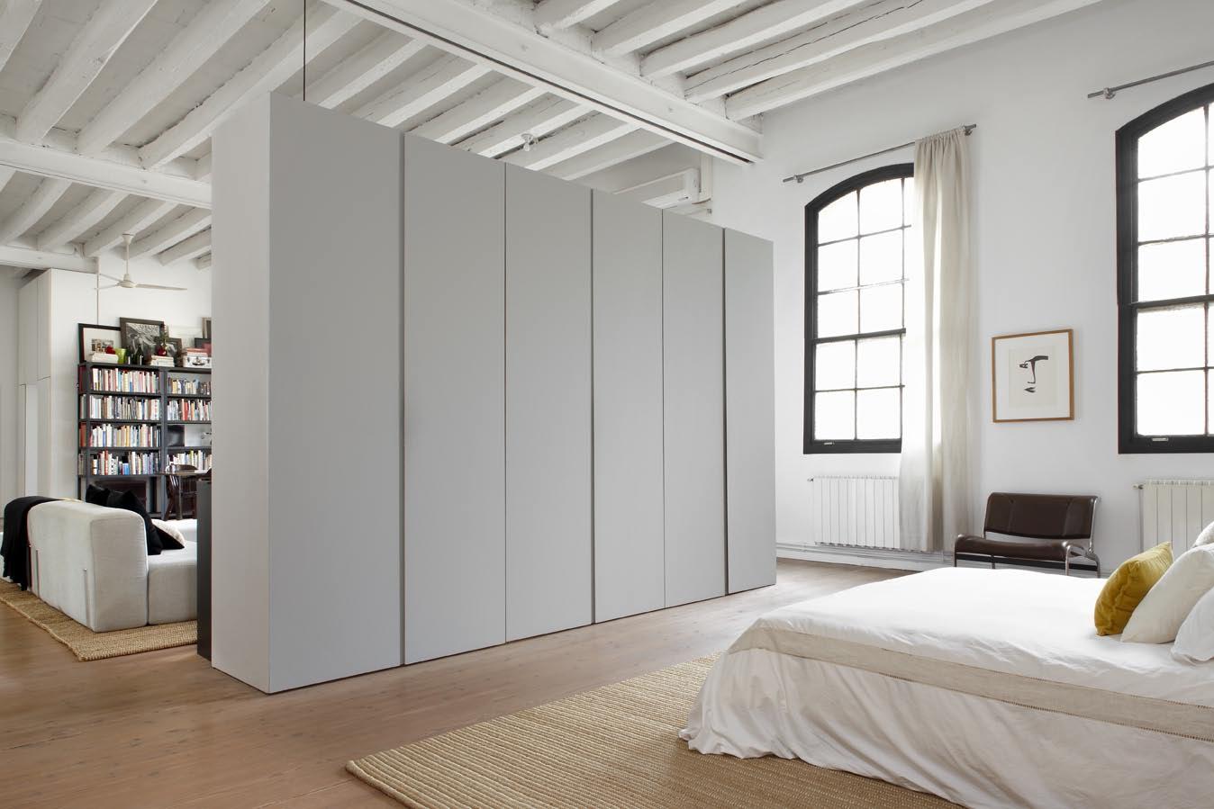 Спальня в однокомнатной квартире в индустриальном стиле