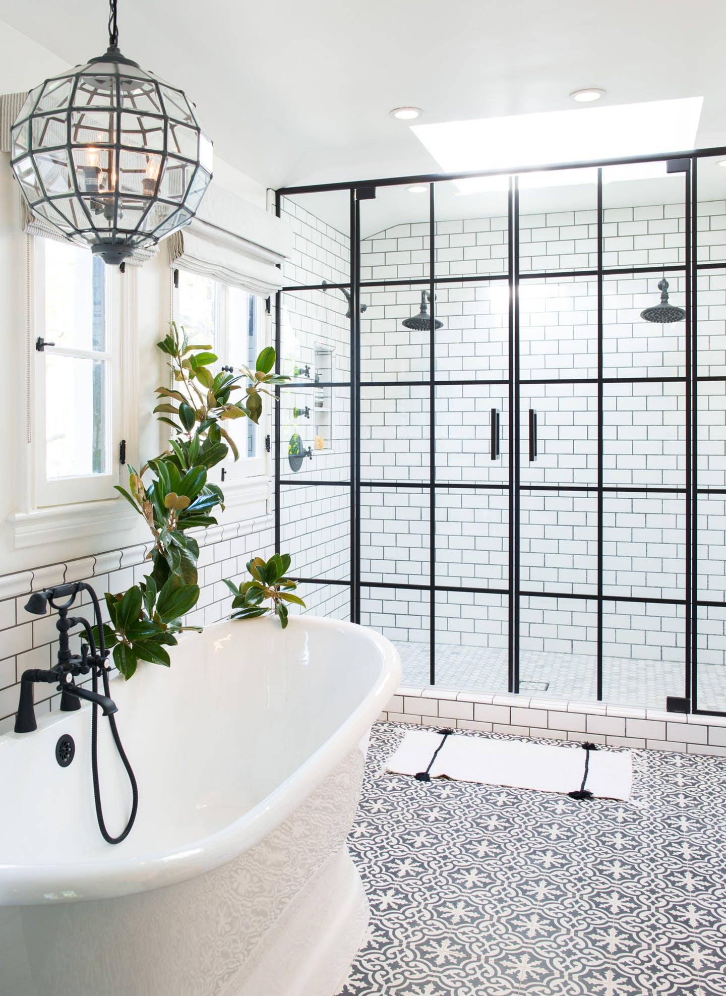 Ванная комната с душевой кабиной в индустриальном стиле