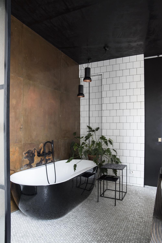 Черно-белая ванная в индустриальном стиле