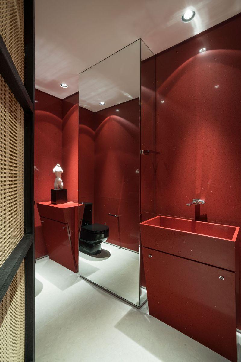 Красный искусственный камень в ванной