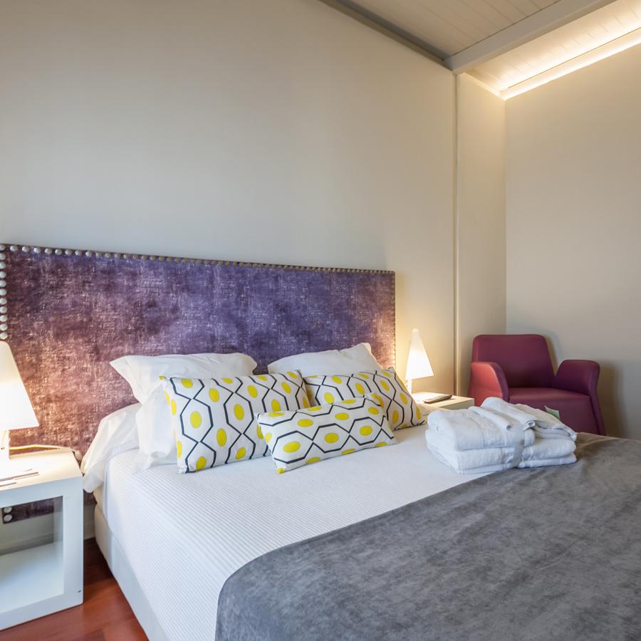 Маленькая спальня с декоративным изголовьем