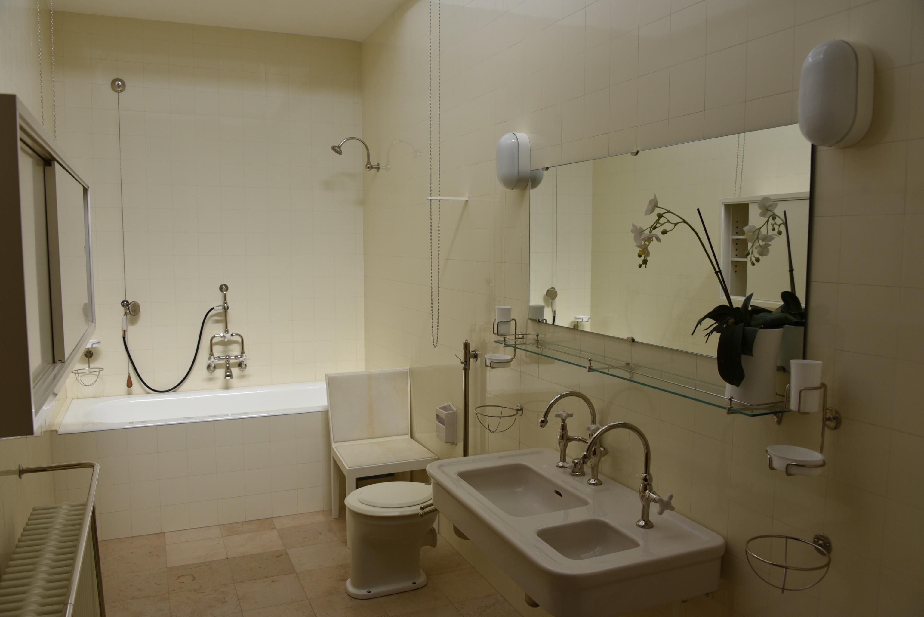 Совмещенная ванная комната с кафелем