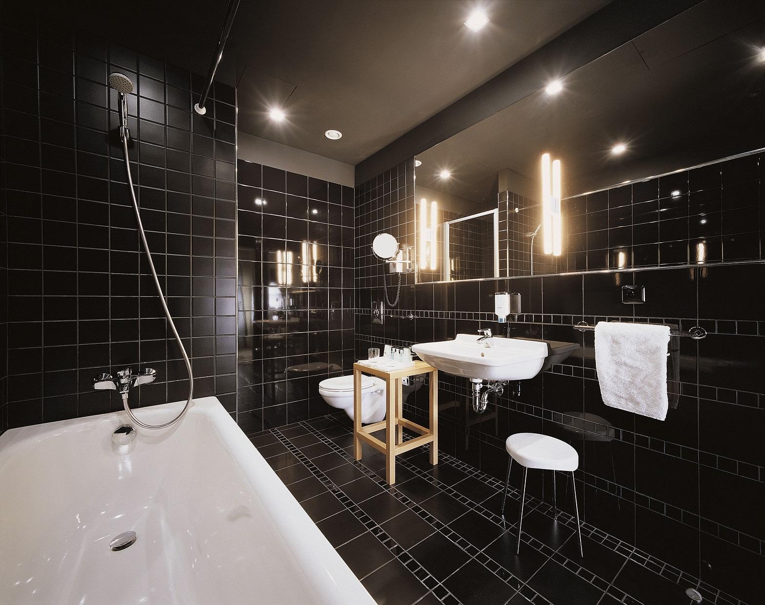 Черная ванная с кафелем