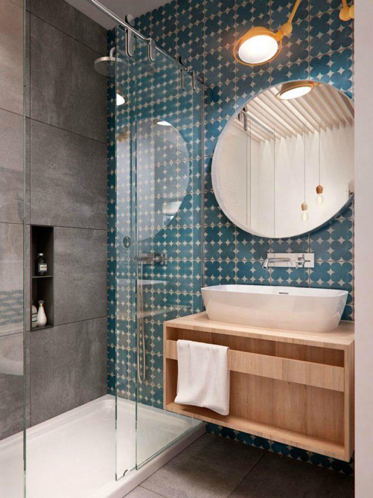 Маленькая ванная комната с кафелем