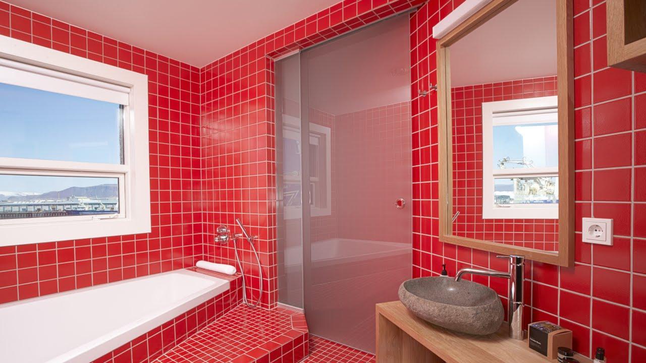 Красный кафель в ванной