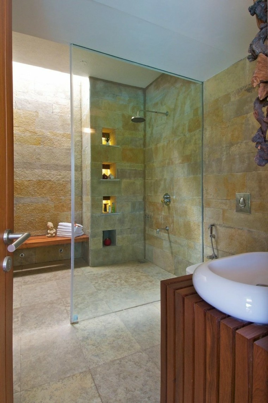 Интерьер ванной с каменной плиткой