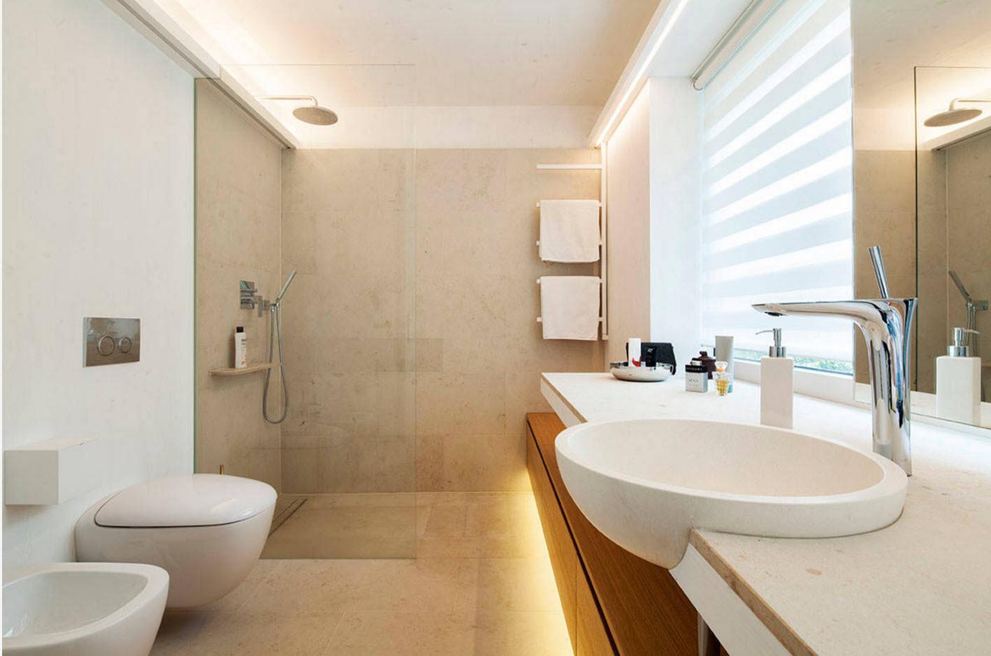 Совмещенная ванная комната с каменной отделкой