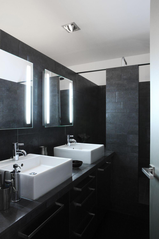 Черная ванная с плиткой из камня
