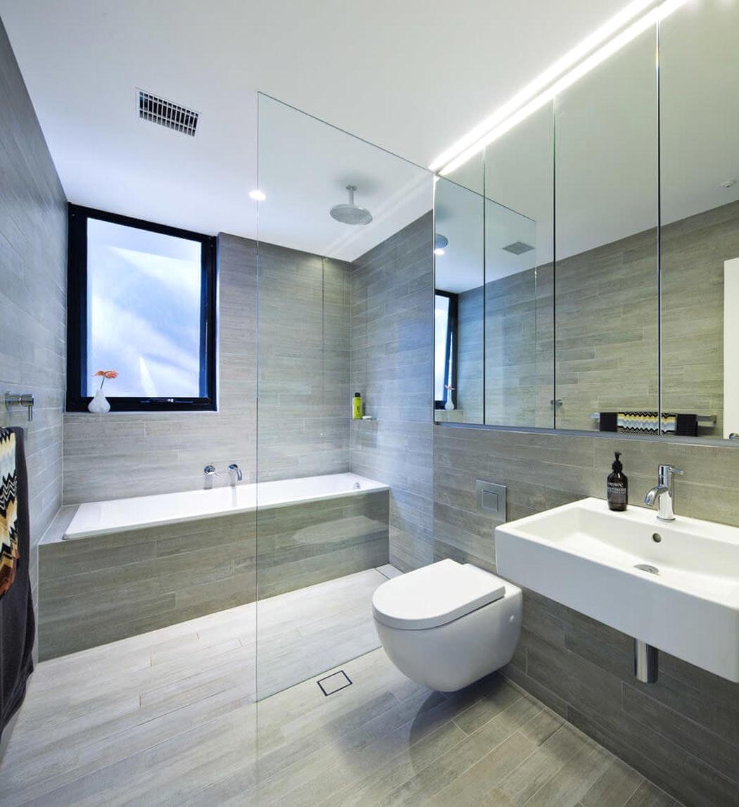 Ванная комната с душевой кабиной и каменной плиткой