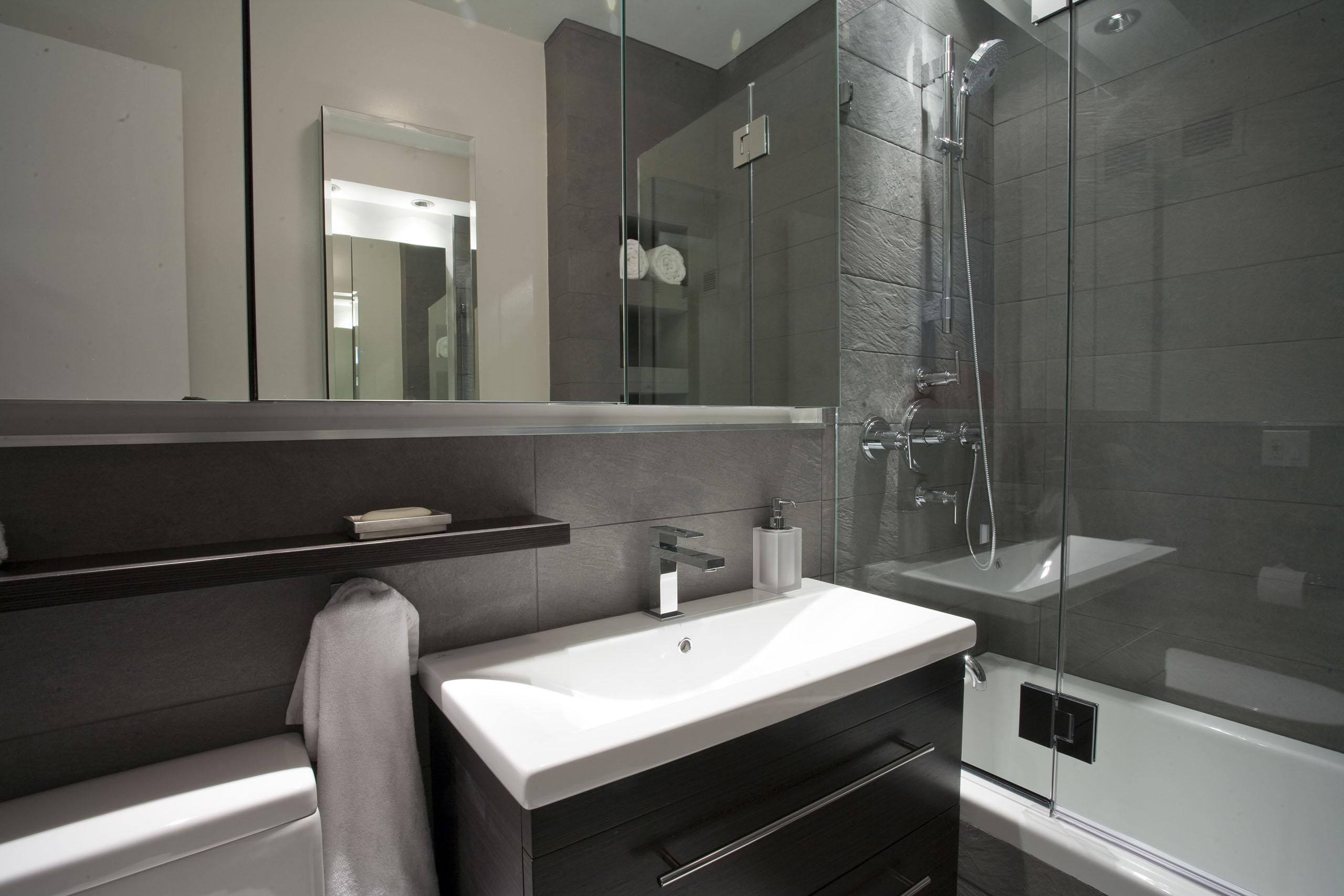 Идеи дизайна маленькой ванной с каменной плиткой