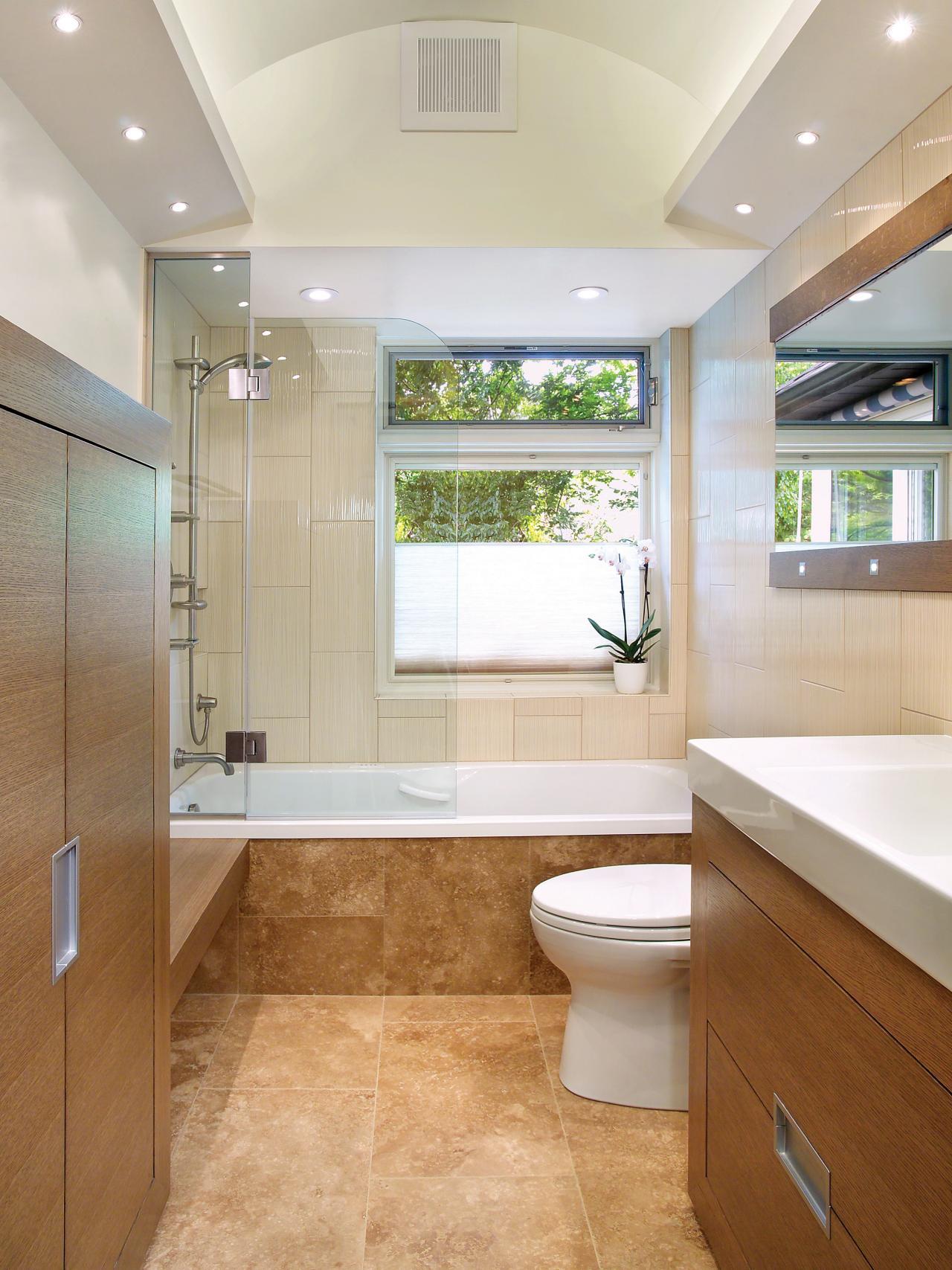 Маленькая ванная комната с каменной плиткой