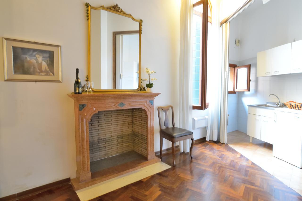 Интерьер квартиры студии с камином