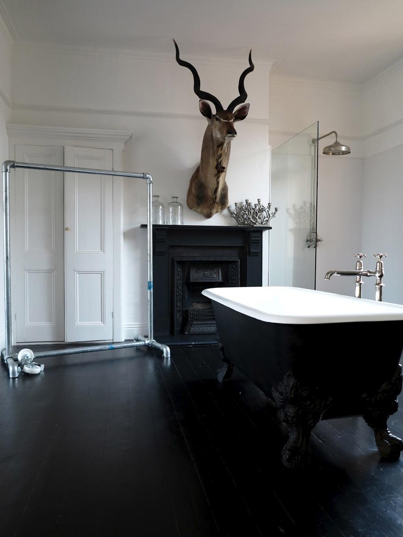 Черно-белая ванная с камином