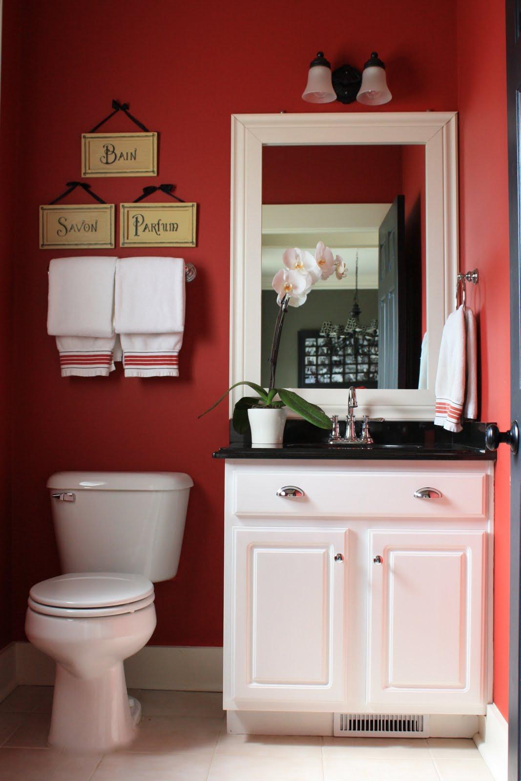 Красная ванная в стиле кантри
