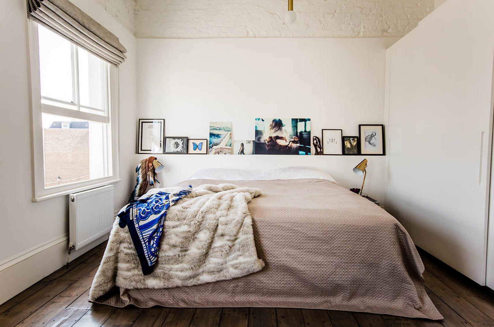 Маленькая спальня с картинами