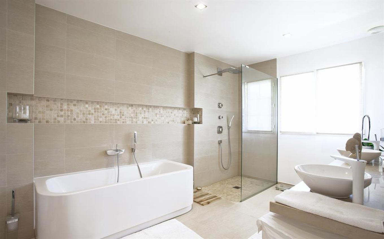 Ванная комната с душевой кабиной и керамической плиткой