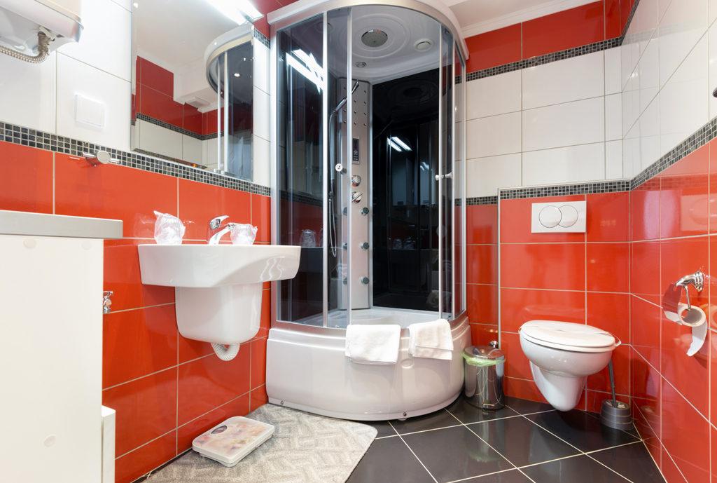 Красная керамическая плитка в ванной