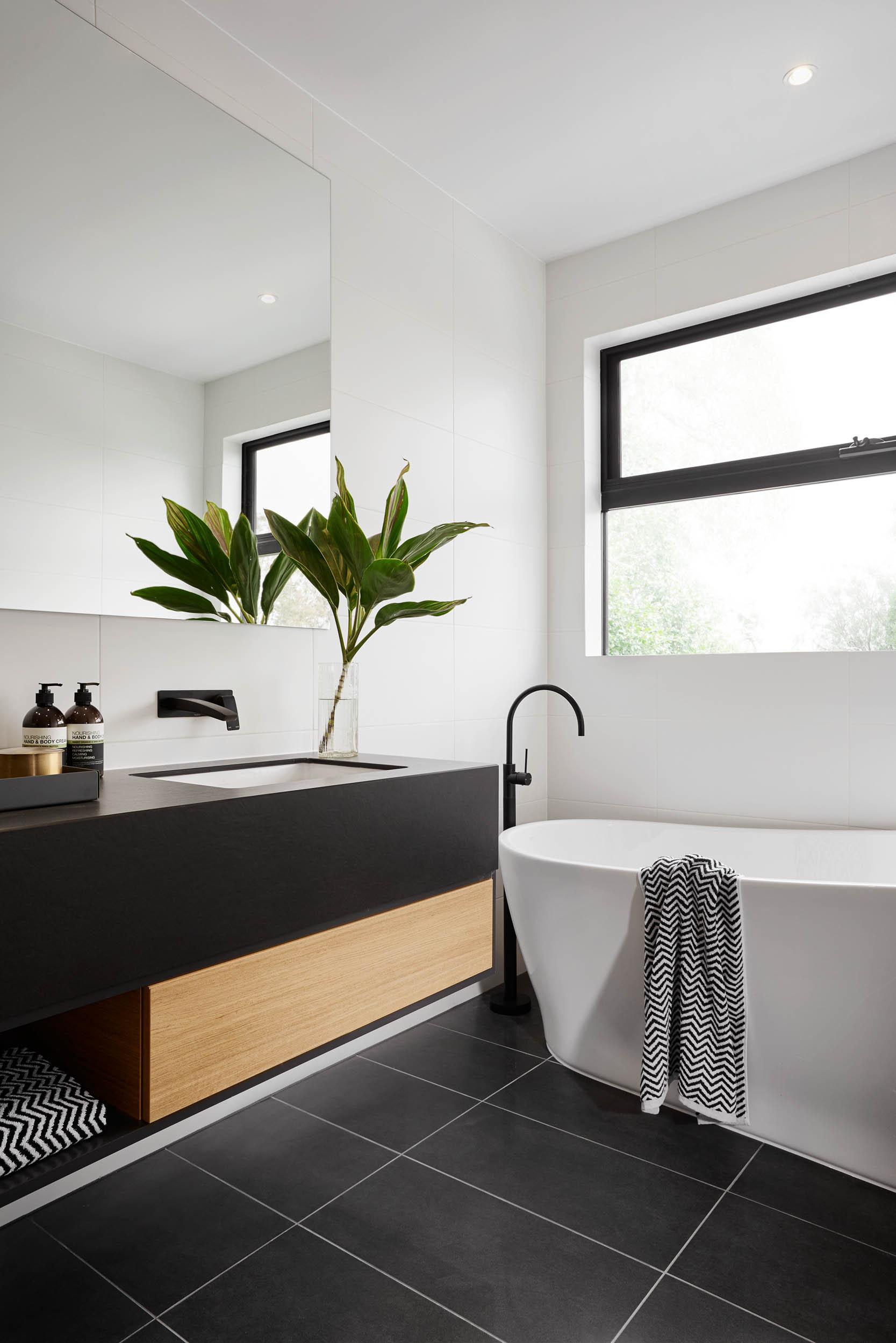 Черно-белая ванная с керамогранитной плиткой